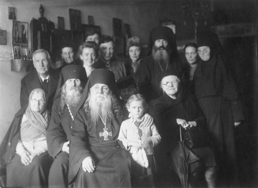 h14-l-equipe-de-la-paroisse-autour-du-metropolite-seraphin-(loukianov)-en-1946
