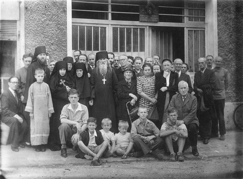 h15-la-paroisse-au-moment-du-depart-de-pere-stephane-(svetozarov)-en-russie-en-1947