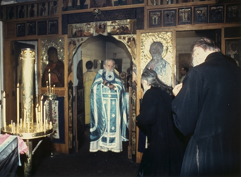 h39-pere-serge-donnant-la-communion