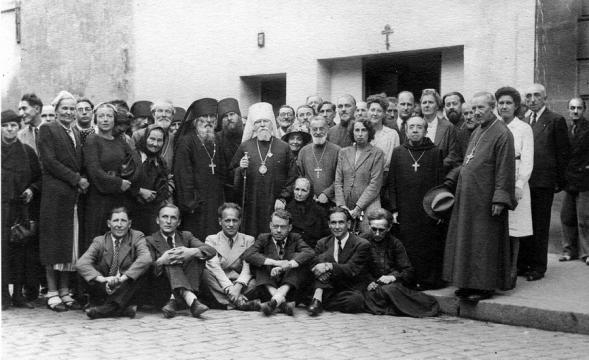 Figure-4-1945-Ceremonies-de-la-reunification-Photo-de-groupe-devant-l-eglise-des-Trois-Saints-Docteurs